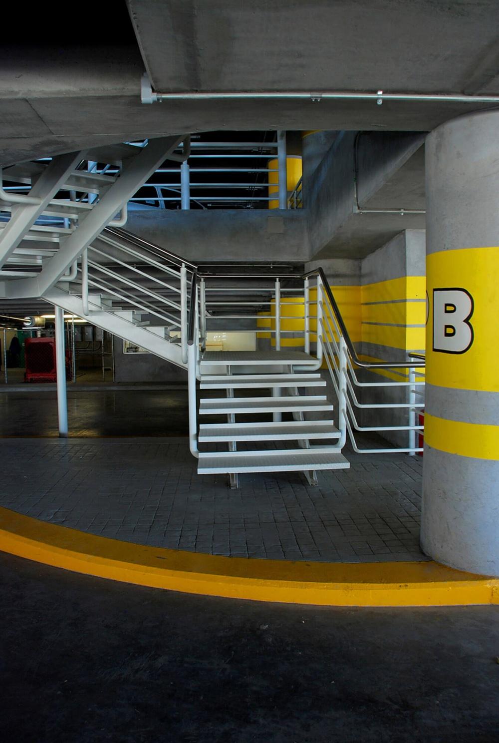 Interior de estacionamiento Soriana Corporativo